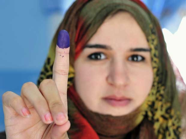 Em Benghazi, mulher mostra com orgulho o dedo manchado de tinta após votar. (Foto: Esam Al-Fetori / Reuters)