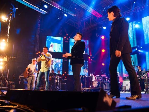As duplas cantaram juntas 'Dormi na praça' e levaram o público ao delírio (Foto: Érico Andrade/G1)