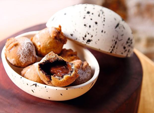 O que era bom ficou melhor: bolinhos de chuva espanhóis, chamados de buñuelos, com ganache de chocolate no interior (Foto: Lucas Terribili / Divulgação)