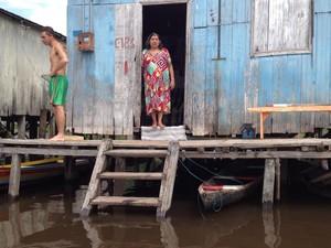 Água se aproxima de casas em Cruzeiro do Sul (Foto: Genival Moura/G1)