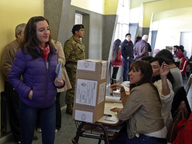 Eleitores votam nas primárias na Argentina neste domingo (9) (Foto: Walter Diaz / AFP)