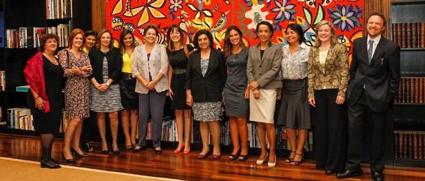A presidente Dilma Rousseff com grupo de mulheres jornalistas no Palácio da Alvorada; à dir., a ministra Gleisi Hoffmann e titular da Secom, Thomas Traumann (Foto: Roberto Stuckert Filho/PR)