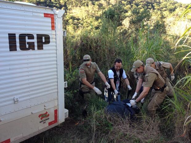 Vítima apresentava ferimentos no pescoço e polícia suspeita de homicídio. Crime ocorreu há cerca de uma semana, no Oeste catarinense. Um homem foi encontrado