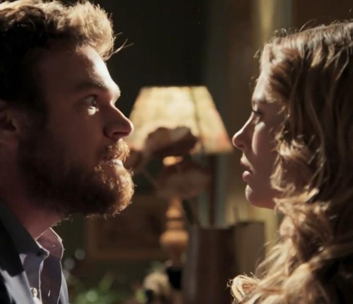 Pedro surta com Lívia em cena do último capítulo de 'Além do Tempo' (Foto: TV Globo)
