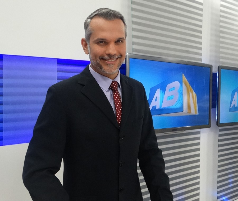 Alexandre Farias comemora um ano de trabalhos na TV Asa Branca (Foto: Renata/ TV Asa Branca)