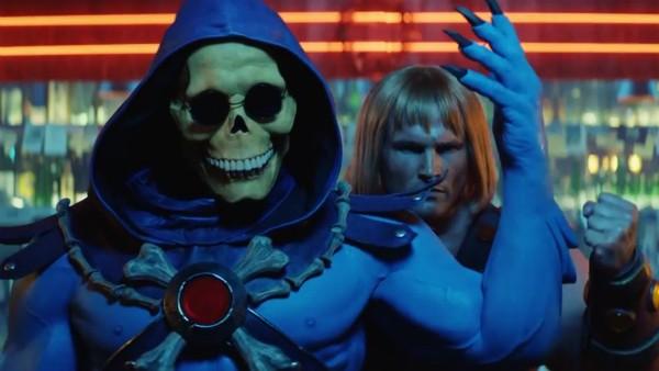 O vilão Esqueleto e o herói He-Man em seu número musical (Foto: Reprodução)