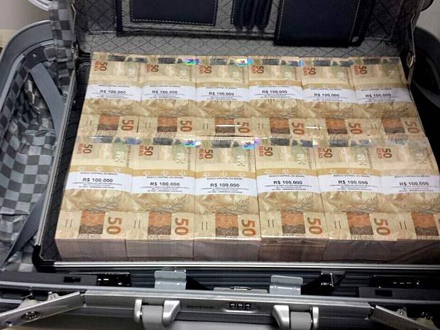 Cédulas de dinheiro falso em mala apreendida com dois homens no Aeroporto JK, em Brasília (Foto: Polícia Federal/Divulgação)