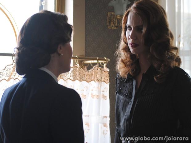 Pilar fala para Sílvia que Gertrude é a chave para todos os mistérios da mansão (Foto: Joia Rara/TV Globo)