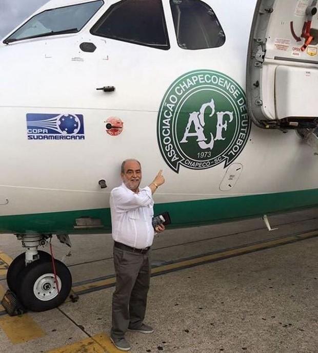 Delfim Peixoto ao lado do avião da Chapecoense (Foto: Reprodução/Instagram)