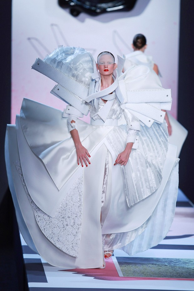 PARIS - OCTOBER 02: A model walks the runway during the Viktor & Rolf Ready to Wear Spring/Summer 2011 show during Paris Fashion Week  at Espace Ephemere Tuileries on October 2, 2010 in Paris, France. (Photo by Antonio de Moraes Barros Filho/WireImage) (Foto: WireImage)