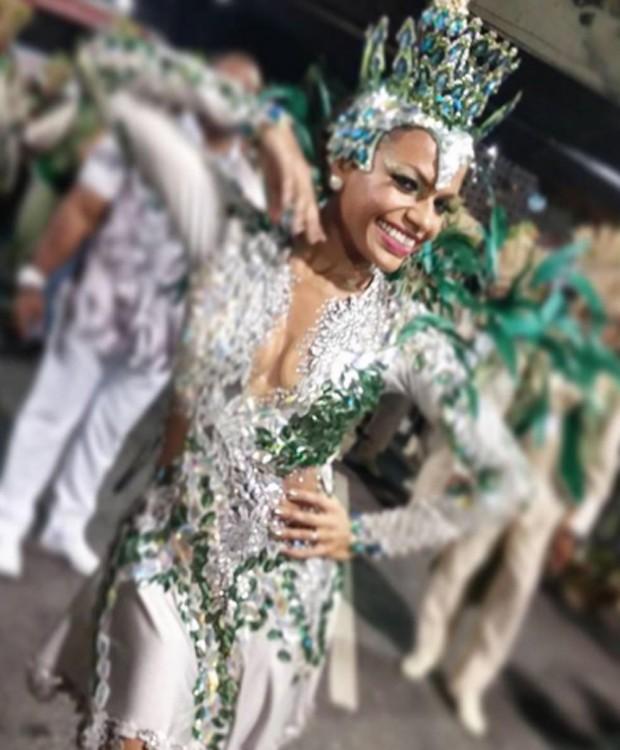 Mesmo sem o posto de rainha de bateria, Quitéria Chagas fez participação afetiva no desfile da Império Serrano no Carnaval 2017 (Foto: Reprodução/Instagram)