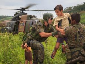 Helicóptero da FAB resgata família em Baixo Guandu, Espírito Santo. (Foto: Sargento Batista/ Agência Força Aérea)
