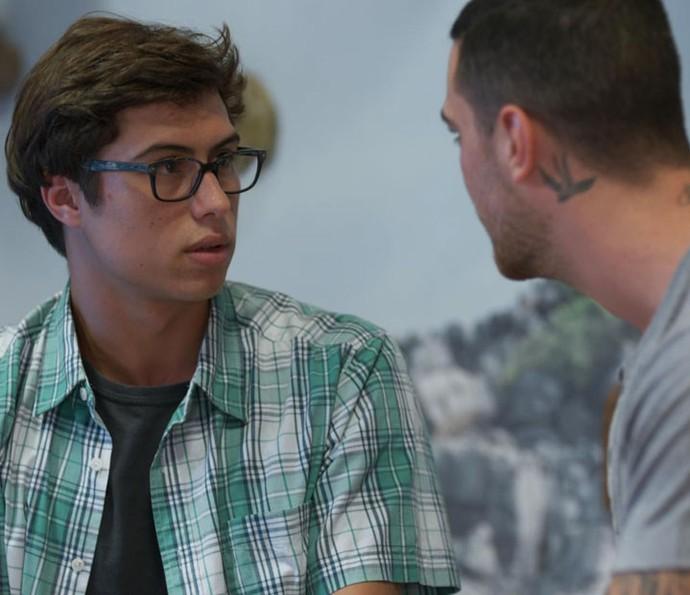 Rapaz fica assustado com jeito que Samurai fala com ele (Foto: TV Globo)