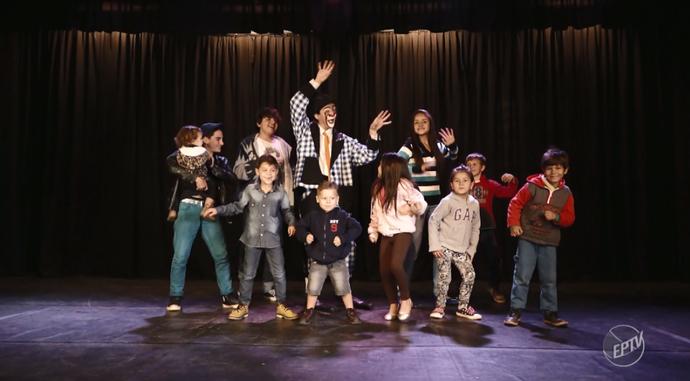 Palhaço tubinho se diverte com a 'nova geração' do espetáculo (Foto: Foto:reprodução EPTV)