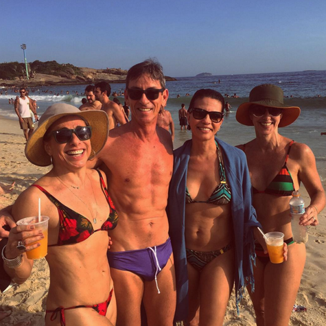 Cissa Guimarães com os amigos na praia (Foto: Reprodução)