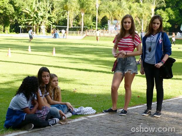Meninas também não deixam barato para os meninos (Foto: Malhação / TV Globo)