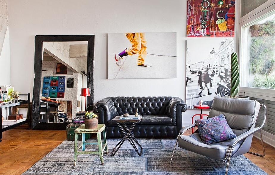 O sofá Chesterfield de couro é um clássico e dá personalidade para qualquer sala de estar. Ainda mais se for craquelado, como no apartamento do fotógrafo Lufe Gomes, que contou com a ajuda do arquiteto Gustavo Calazans