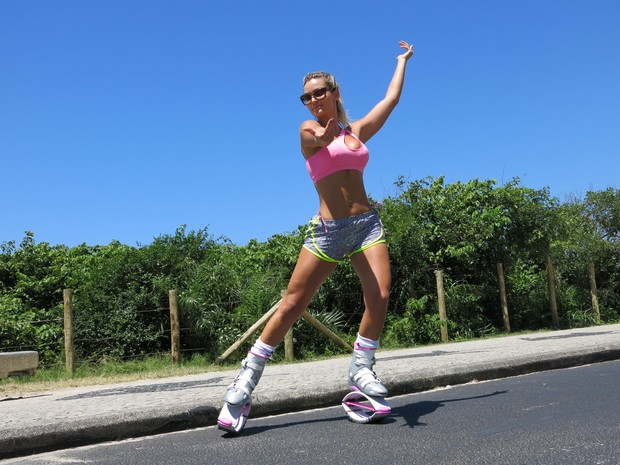 Em 'patins Robocop', Laura Keller se prepara para o carnaval e brinca aos finais de semana (Foto: Gabriel Barreira/G1)