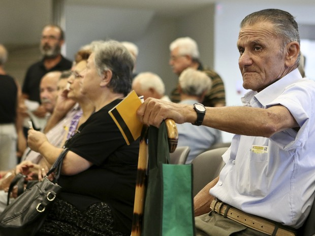 Aposentados esperam para receber o benefício na ilha de creta, na Grécia, no dia 21 de julho (Foto: REUTERS/Stefanos Rapanis)