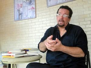 O pesquisador de Ribeirão Preto Pedro de Camargo alerta que cartão engana o cérebro na hora das compras (Foto: Rodolfo Tiengo/G1)