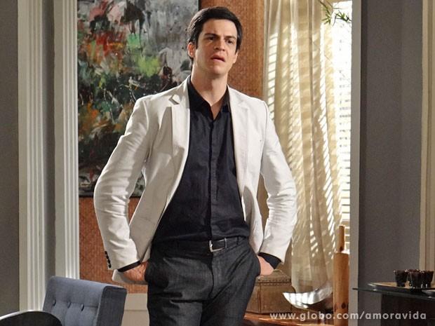 Félix se revolta ao ver a cena... (Foto: Amor à Vida/TV Globo)