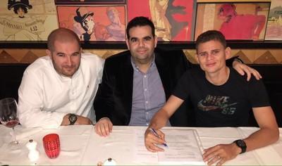 Jonas assina contrato com o Dínamo ao lado de seu agente, Eduardo Maluf (Foto: Divulgação)