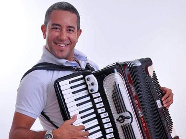 Cantor e sanfoneiro Jó Miranda se apresenta, em Salvador. (Foto: Divulgação)