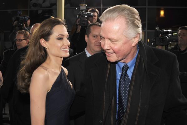 Angelina Jolie criticou o pai por trair sua mãe. Jon Voight disse que a filha tinha sérios problemas mentais. Os dois ficaram sem se falar por quase uma década. Por conta dos filhos, Jolie voltou a se relacionar com o pai, mas eles não discutem o passado (Foto: Getty Images)