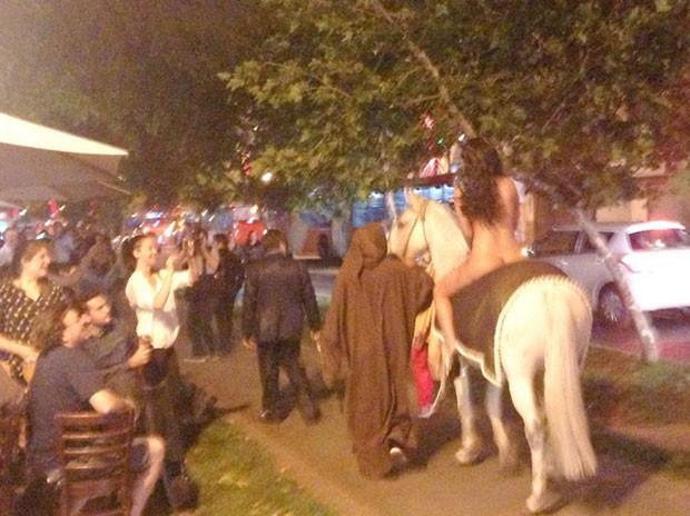 Patricia Aguirre cavalgou nua em protesto contra nova lei (Foto: Reprodução/Twitter/Nano Badilla)