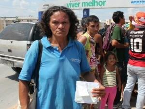 Maria Nadir da Silva Costa critica taxa de esgoto (Foto: Adneison Severiano/G1 AM)