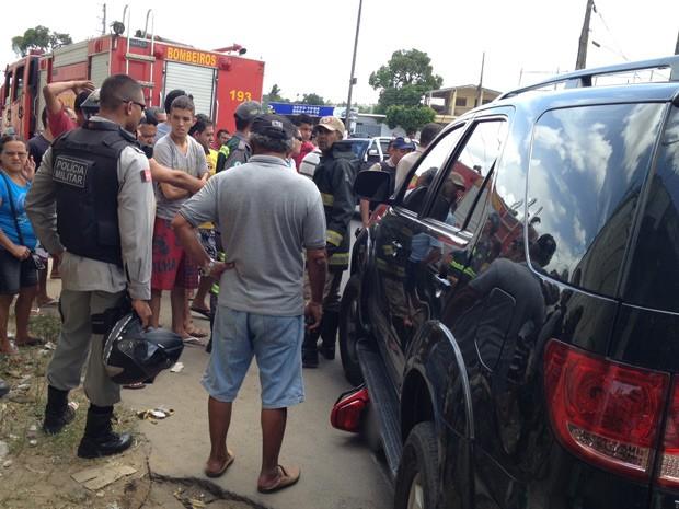 """O Corpo de Bombeiro foi chamado para prestar os primeiros atendimentos aos feridos, mas segundo o sargento Diego Marques, nenhum dos envolvidos tiveram ferimentos. """"O motoqueiro pulou, ao perceber a aproximação da SUV. Na manobra o motociclista não ficou ferido, nem o condutor da SUV, que ficou no local e se prontificou a pagar todos os danos materiais"""", comentou o sargento do Corpo de Bombeiros (Foto: Walter Paparazzo/G1)"""