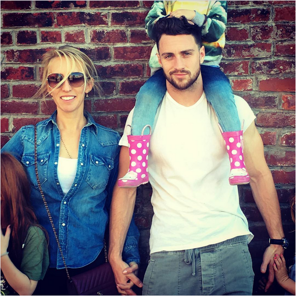 O ator Aaron Taylor-Johnson, a esposa e as filhas (Foto: Instagram)