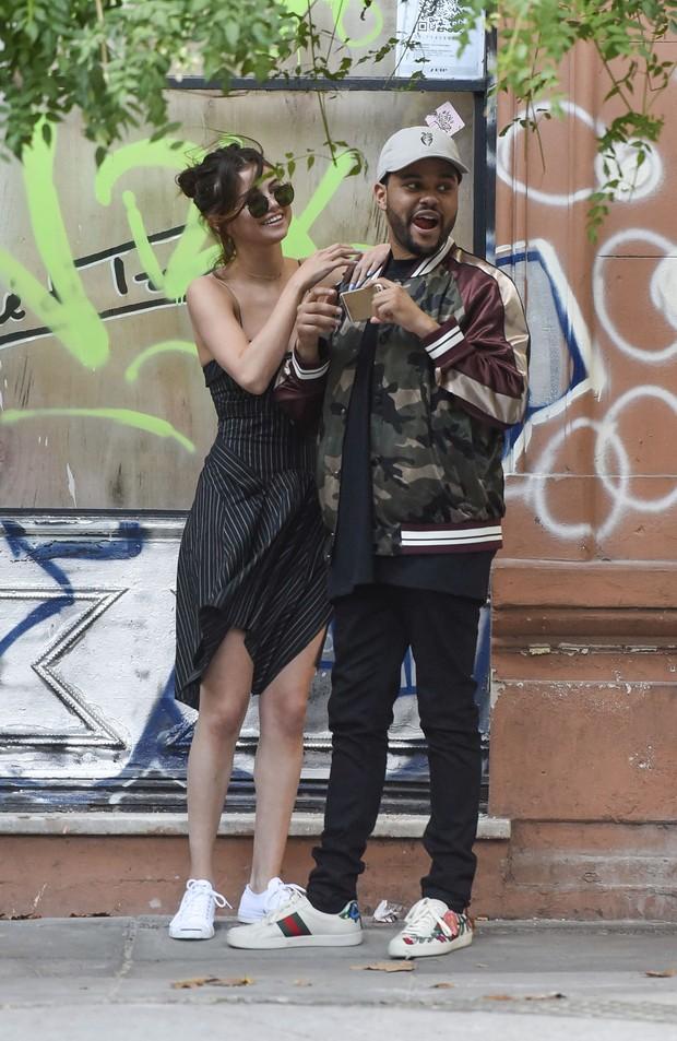 Selena Gomez e The Weekend (Foto: Grosby Group)