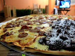 Pizza rende 32 fatias e alimenta até 16 pessoas (Foto: Marcos Dantas/ G1 AM)