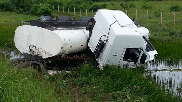 Caminhão, que estava sem carga, saiu da pista com o impacto na BR-304 (Foto: Jorge Talmon/G1)