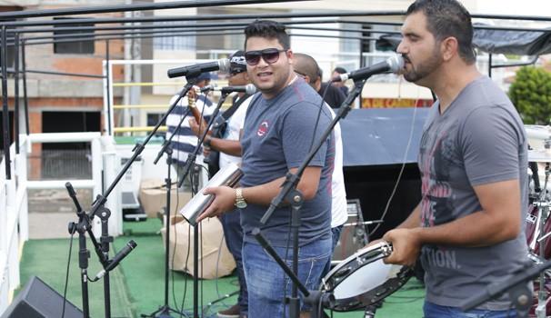 O Grupo Bom Momento foi a primeira atração a agitar a galera (Foto: Luiz Renato Correa/RPC TV)