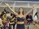 Descalça, Thaila Ayala participa de ensaio da Gaviões da Fiel