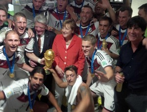 Jogadores da Alemanha comemoram vitória no vestiário com Angela Merkel (Foto: Reprodução/Twitter)
