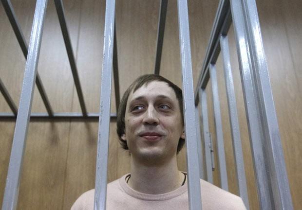 O bailarino Pavel Dmitrichenko, encarcerado, durante audiência em tribunal em Moscou nesta terça-feira (3) (Foto: Maxim Shemetov/Reuters)