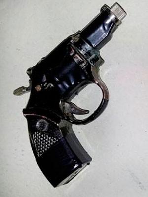 Isqueiro em forma de revólver foi apreendido com o suspeito (Foto: Sérgio Costa/PortalBO)
