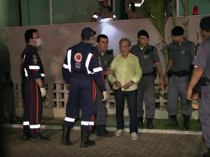 Pastor Oliveira, 66 anos, desceu escadas após desabamento. Ele passou por transplante de pulmão e tem saúde frágil úde fragilizada por causa de transplante (Foto: Reprodução/TV Gazeta)
