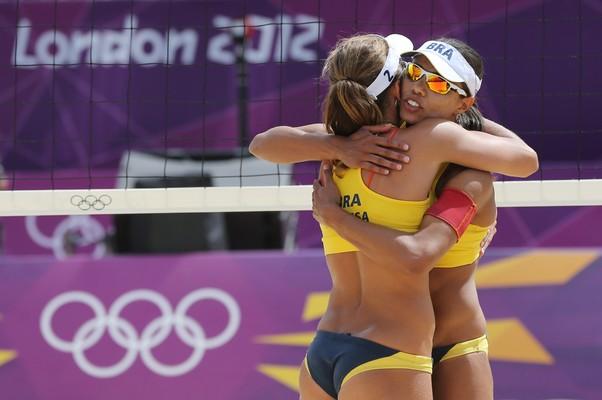 Juliana e Larissa comemoram vitória em partida nesta sexta-feira contra holandesas  (Foto: AP Photo/Petr David Josek)