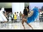 Madrinha da Águia de Ouro perde parte da fantasia durante desfile