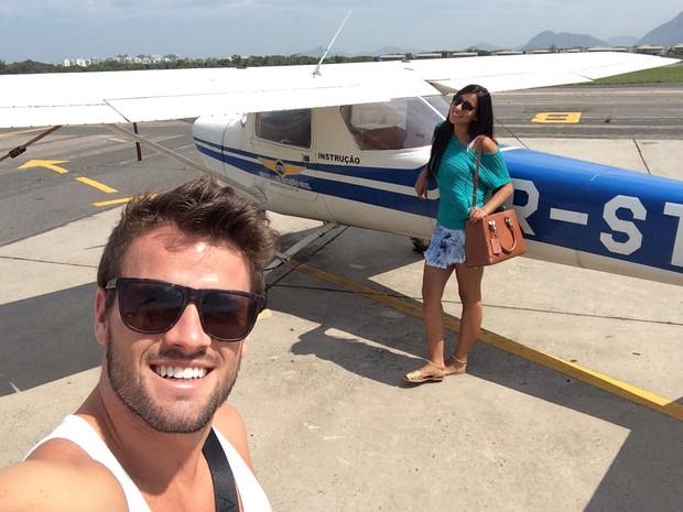 Rafael e Talita em escola de aviação (Foto: Arquivo Pessoal)