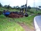 Caminhão carregado de grama tomba na Raposo Tavares em São Roque