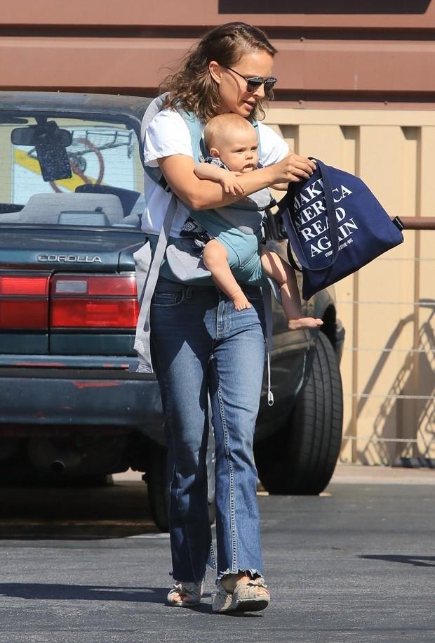 Natalie Portman e a filha, Amalia (Foto: BackGrid)
