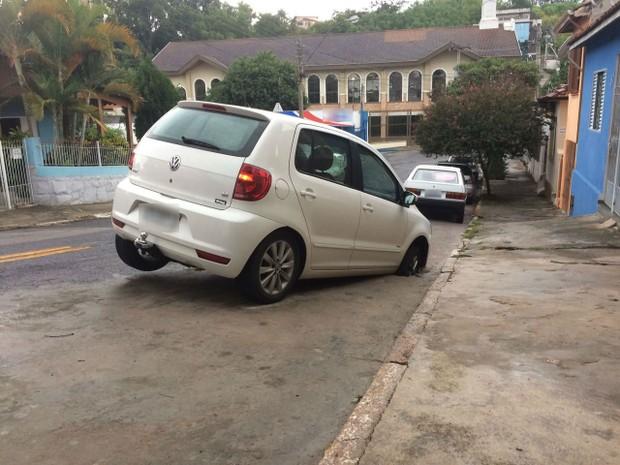 Roda do carro ficou presa no buraco  (Foto: Arquivo pessoal)