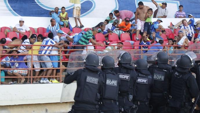 Policiais do Bope disparam balas de borracha na torcida do CSA. Acuados, torcedores se deitam e pedem fim dos tiros (Foto: Caio Lorena / GloboEsporte.com)