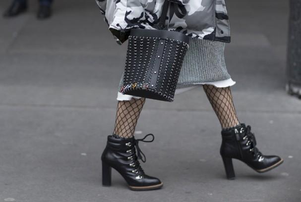 . Como usar bolsa balde segundo as celebridades (Foto: Getty)