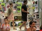 Murilo Benício e Débora Falabella fazem compras em shopping carioca